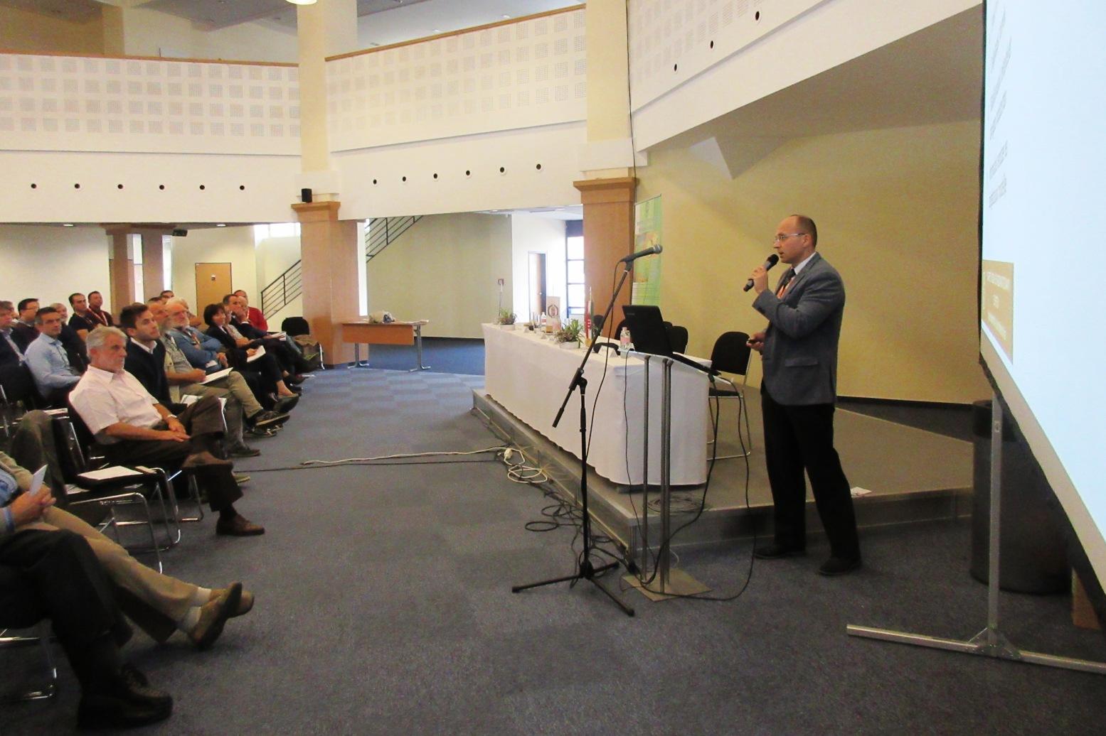 Dr. Csiszár Csaba előadást tart